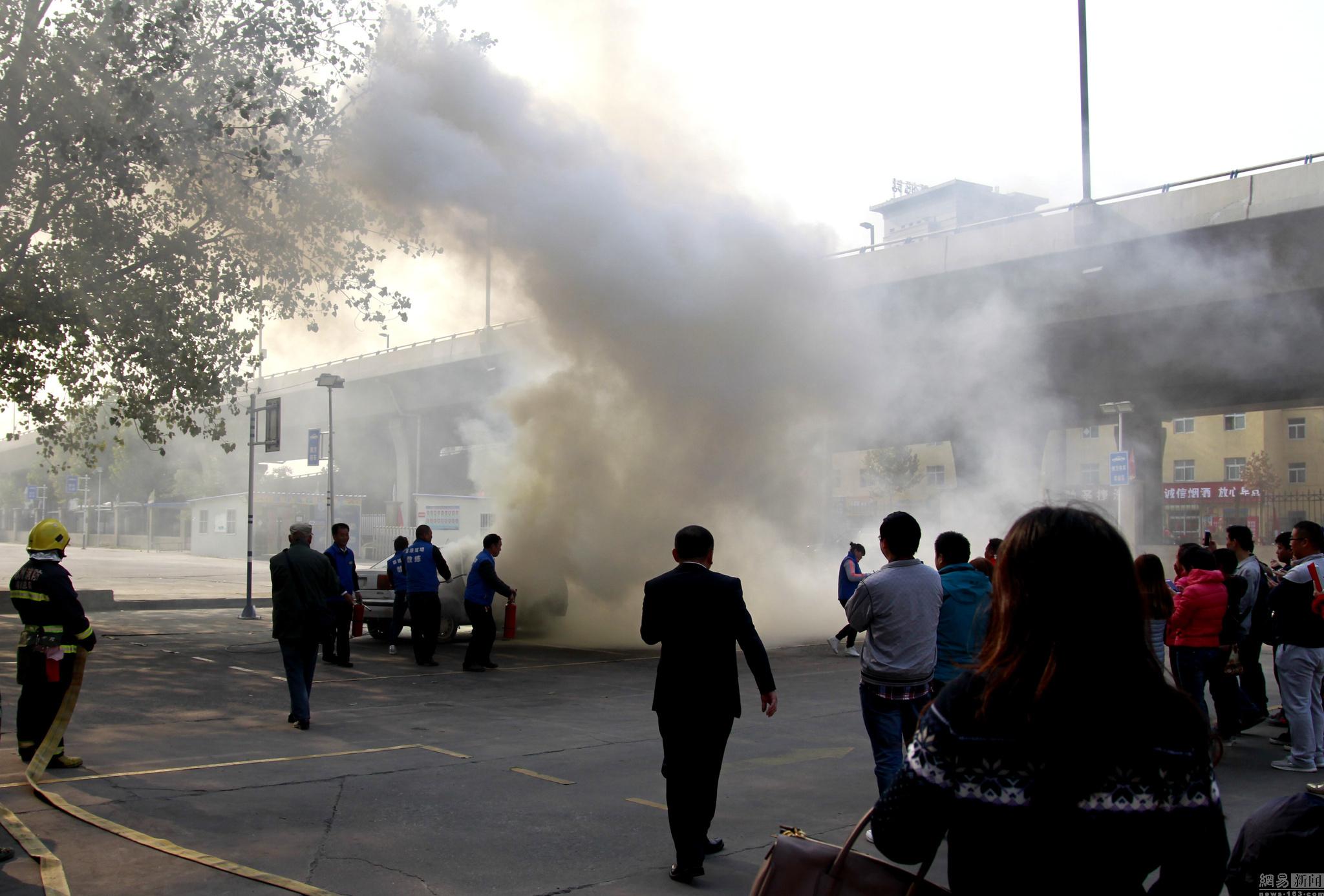 图为驾校在练车场将一辆轿车点燃。